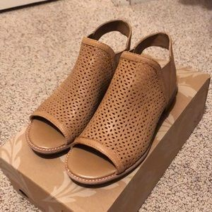 Carmel color size 8 brand new Sofft open toe sling